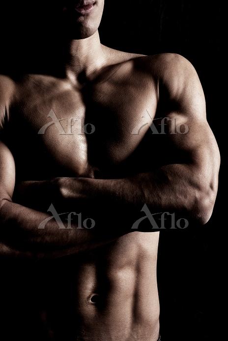 腕組みする日本人男性の上半身
