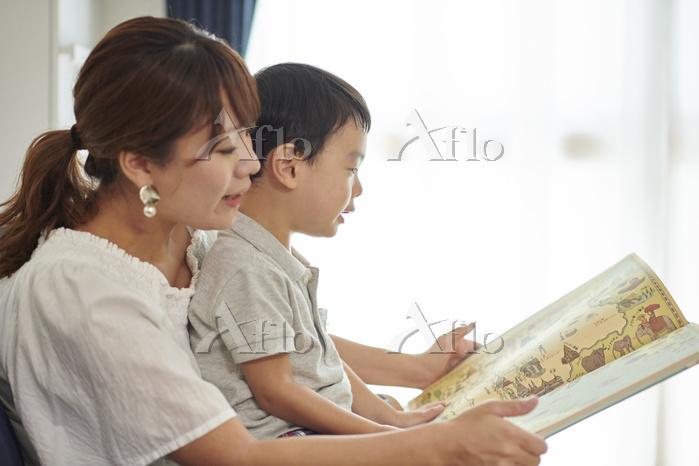 本を読む日本人親子