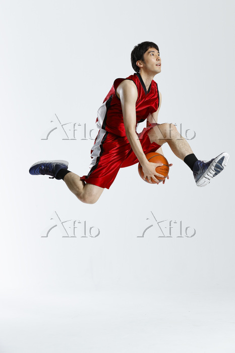 シュートをする男子バスケットボール選手