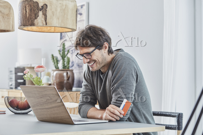 パソコンを見る外国人男性