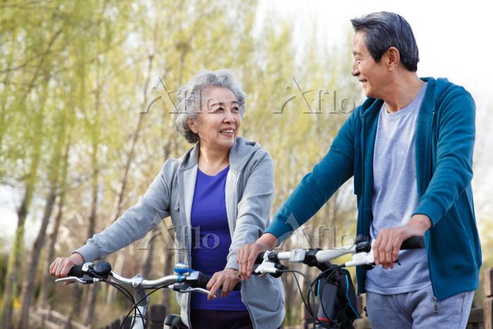 サイクリングするシニア夫婦