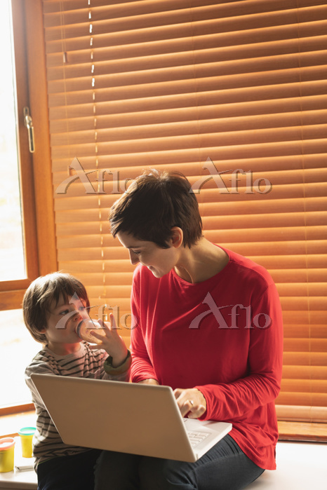 Mother and son sitting with a ・・・