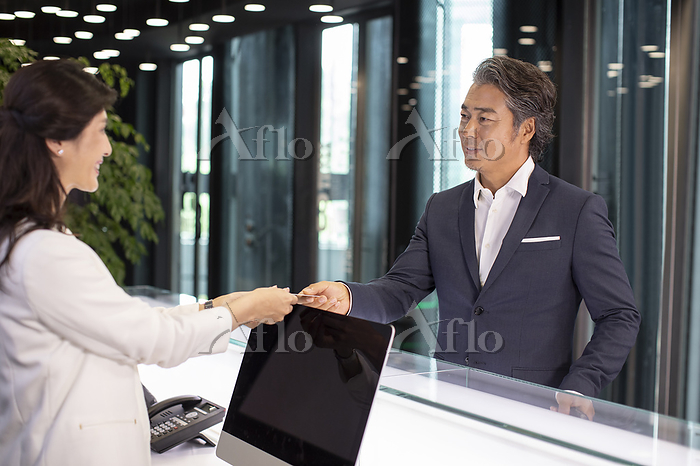 Receptionist giving business c・・・
