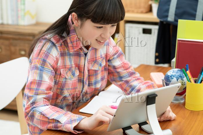 子供部屋で部屋で勉強している女の子