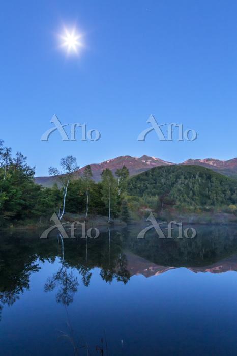 乗鞍高原まいめの池と乗鞍岳の夜景