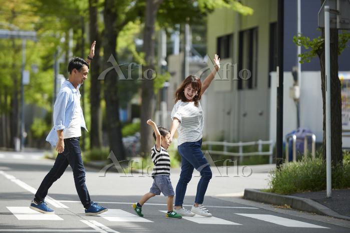 横断歩道を渡る日本人家族