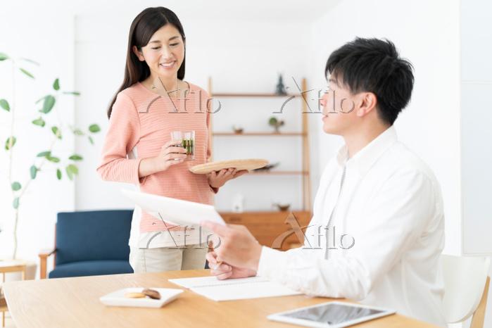 ダイニングで会話する日本人夫婦