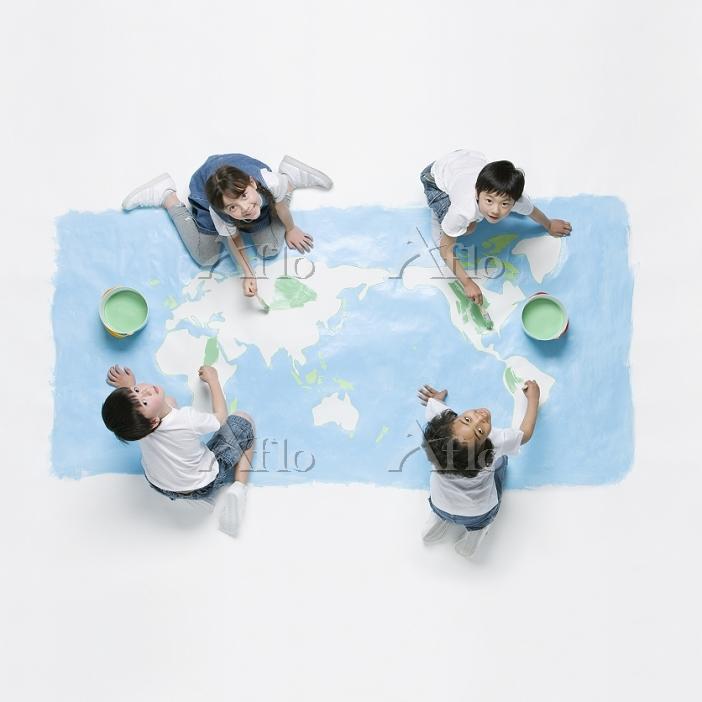 世界地図を描く子供