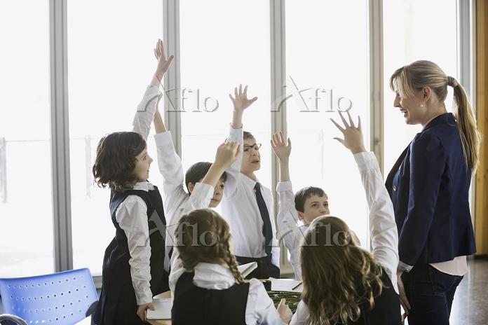 挙手をする元気な子供達
