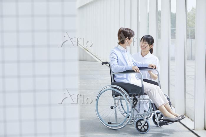 シニアをケアする日本人介護士