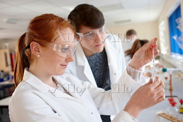 Students working in chemistry ・・・