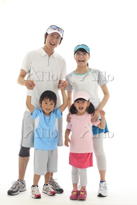 スポーツウェアを着た日本人家族