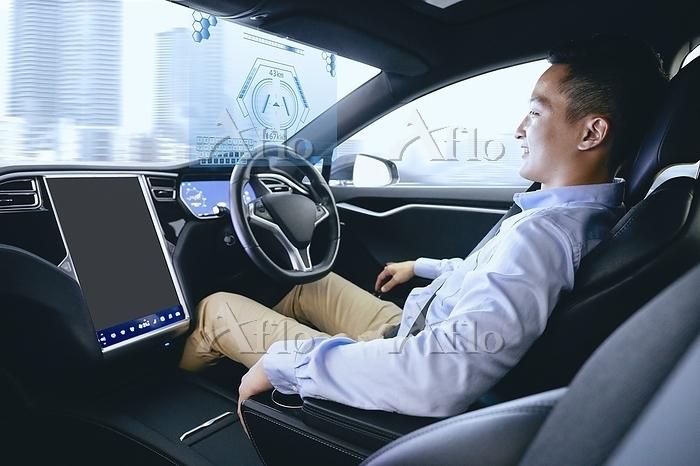 自動運転車を運転する日本人男性