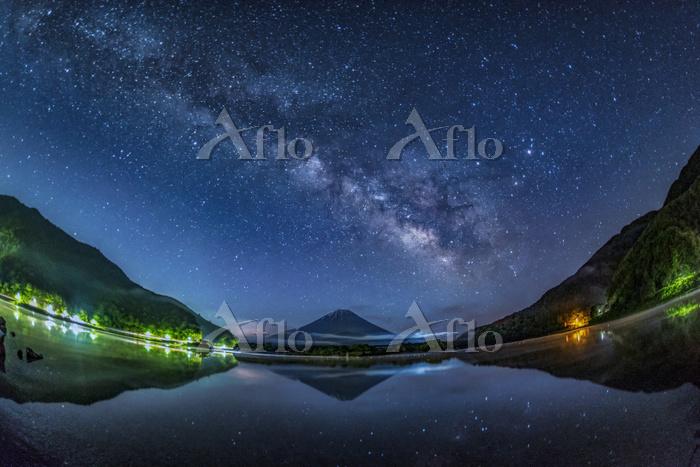 山梨県 富士山と天の川と精進湖