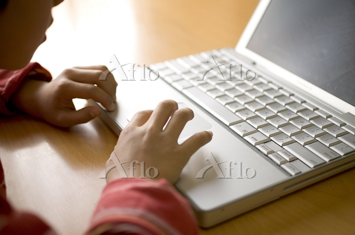 ノートパソコンを操作する男の子