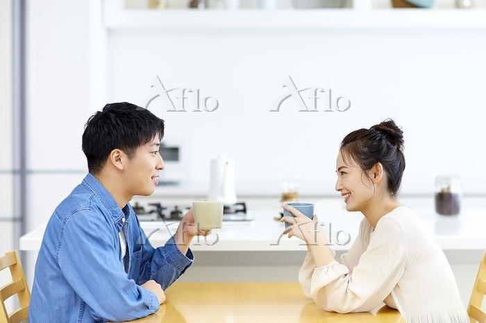 会話する日本人カップル