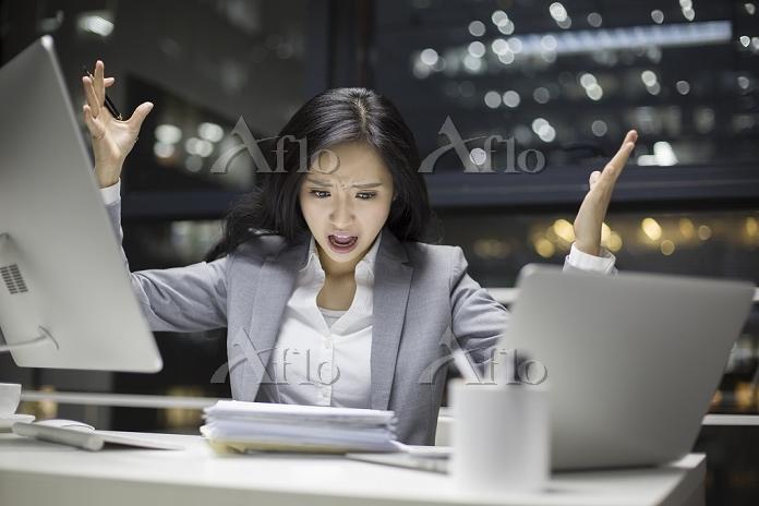 オフィスで手を挙げる女性