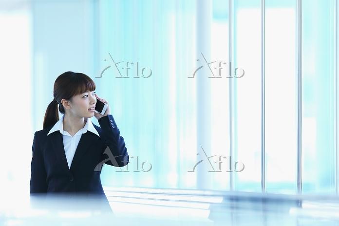 電話をするビジネスウーマン