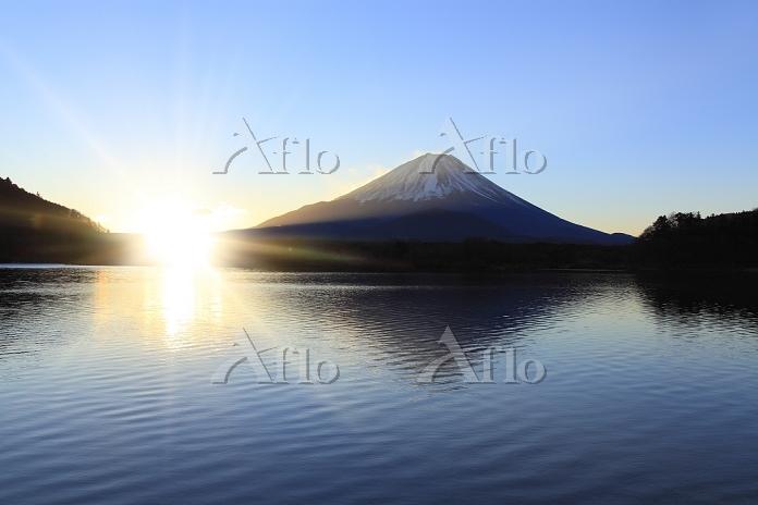 山梨県 精進湖 富士山と朝日