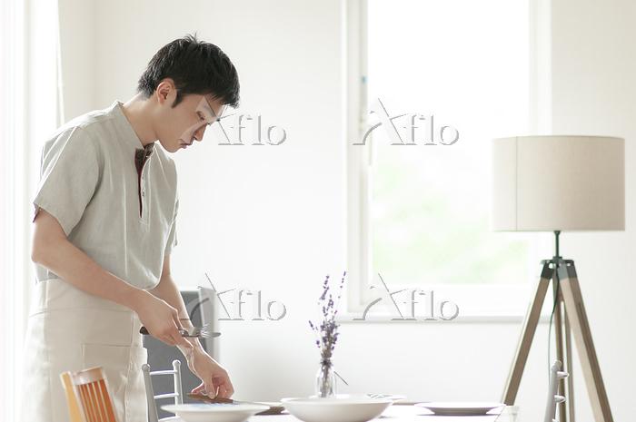 食事の準備をする若い男性