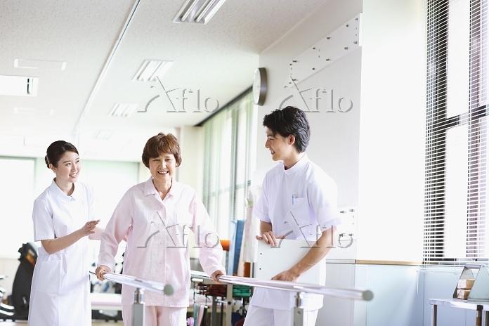 リハビリ施設にいるシニア女性と若い看護師