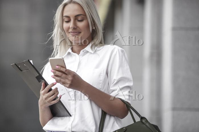 スマホを操作する女性