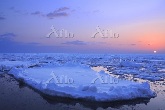 北海道 流氷と朝日
