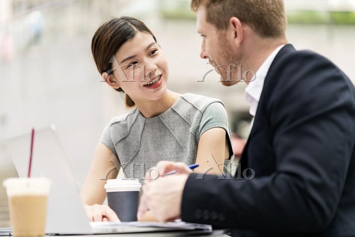 カフェでミーティングをする外国人ビジネスウーマン
