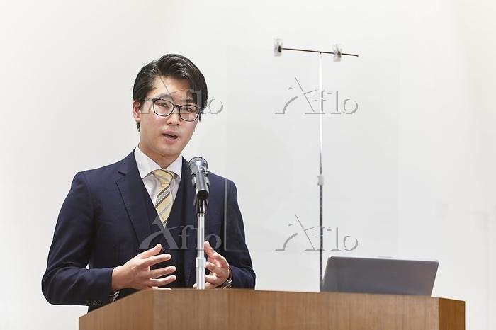 スピーチする若い日本人男性