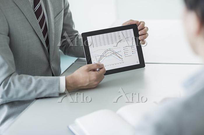 タブレットを操作するビジネスマン