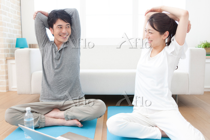 笑顔でストレッチするカップル