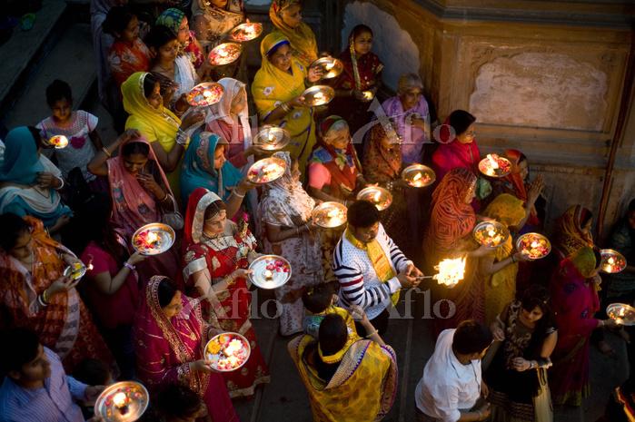 People holding aarti, yamuna r・・・