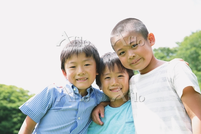 肩を組む小学生たち