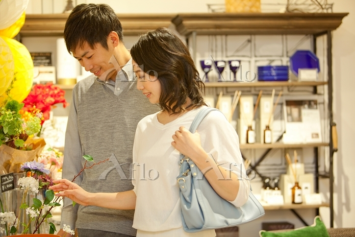 買い物をするカップル