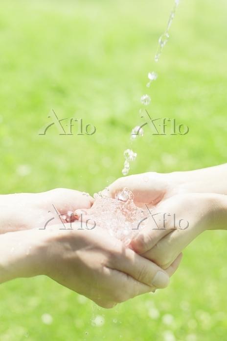水をすくう男女の手