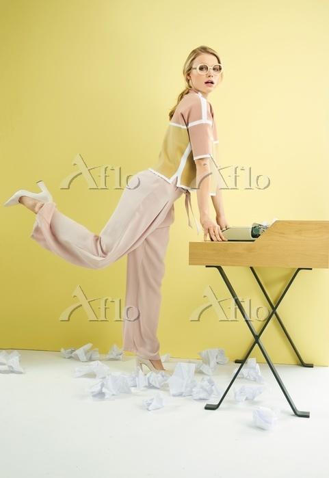 A blonde woman wearing a boxy ・・・