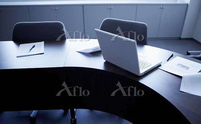 テーブルの上の資料とパソコン