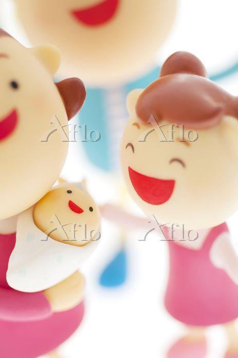 赤ちゃんの周りに集まる家族のクラフト
