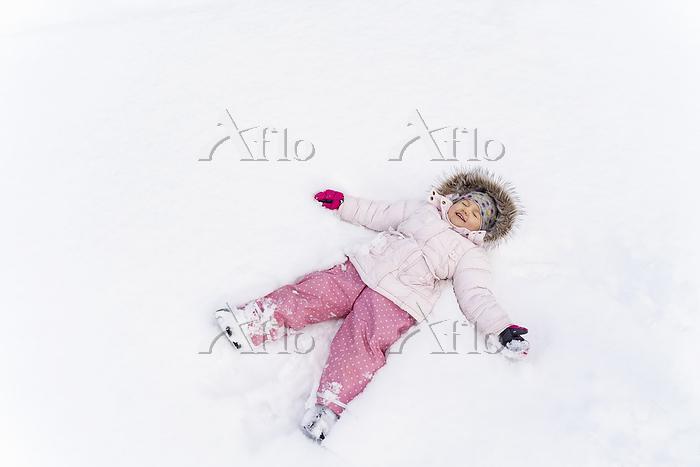 雪原に横たわる女の子