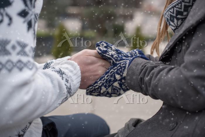 手を温めるカップル
