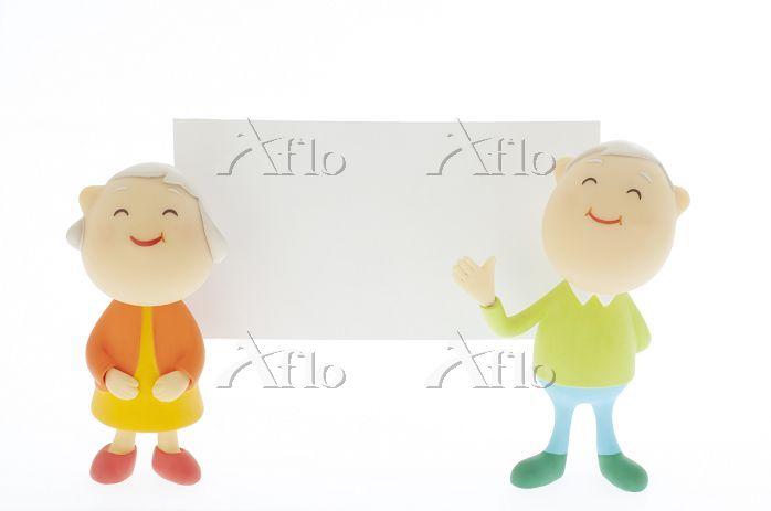 メッセージボードの前に立つシニア夫婦のクラフト