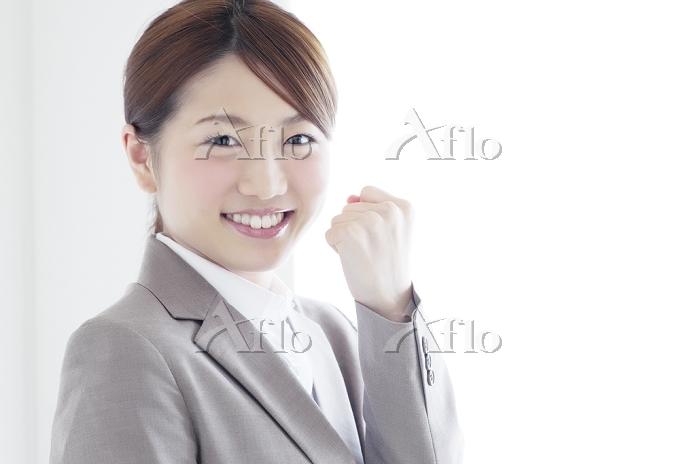 笑顔の20代ビジネスウーマン