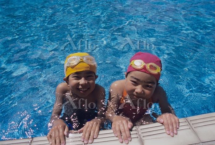 プールサイドの日本人の子供