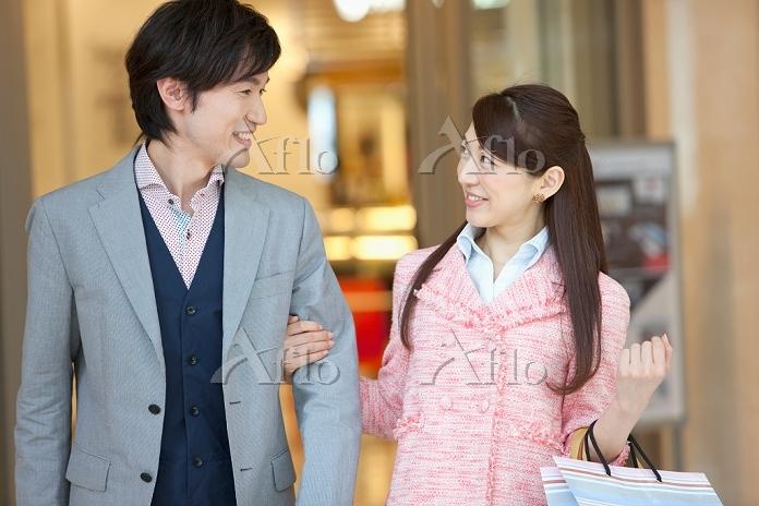 話をしている笑顔の夫婦