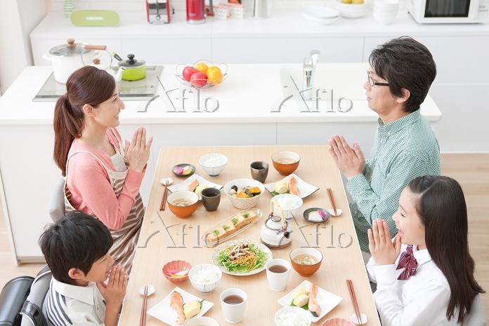 朝食を囲む日本人家族