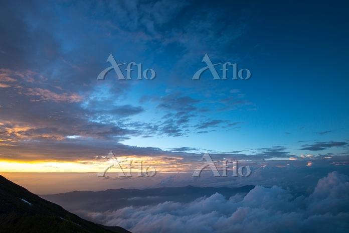 富士山 吉田ルート7合目から見る甲府方向と夕日に染まる雲海