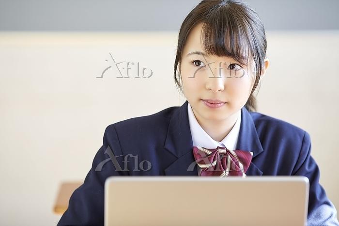授業中の日本人女子高校生