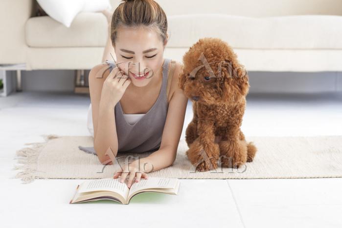 勉強するペットと女性