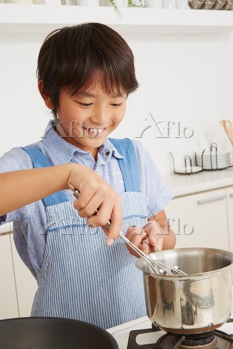 料理をする日本人の男の子