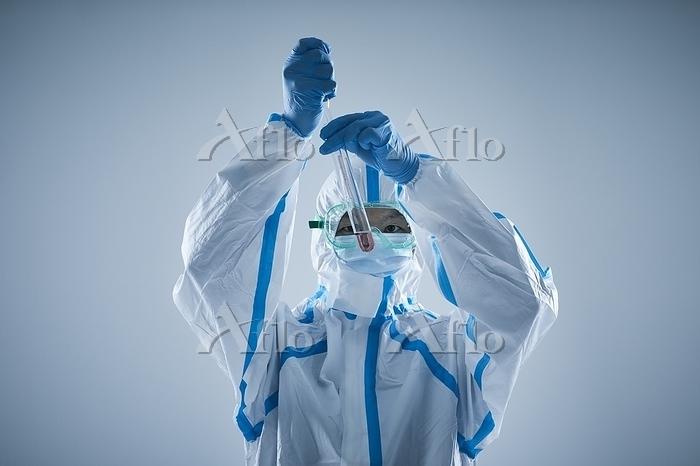 防護服を着用した男性